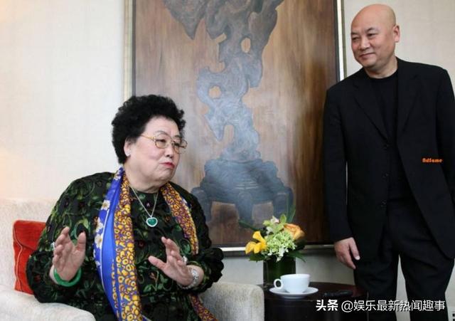 Lúc nào ông Trì cũng gắn bó với bà vợ.