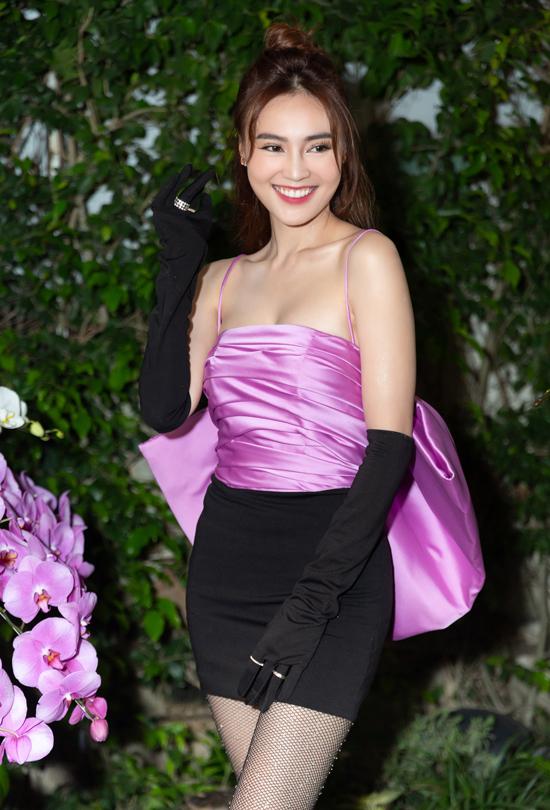 Diễn viên Lan Ngọc gây chú ý với trang phục hai màu đen- tím kiểu dáng hiện đại pha chút cổ điển.