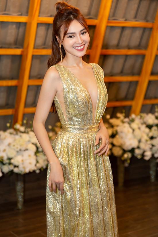 Cô thay hai bộ cánh ở sự kiện này. Nữ diễn viên trông điệu đà, quyến rũ với váy ánh kim cắt xẻ phóng khoáng.