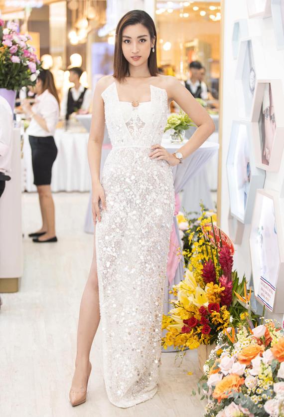 Anh cũng khen ngợi mẫu váy trắng mà NTK Đỗ Long thực hiện cho Hoa hậu Đỗ Mỹ Linh: Sự gợi cảm chừng mực cùng các chi tiết đính kết tỉ mỉ, tinh tế giúp Linh càng nổi bật, cuốn hút. Tôi thấy đây là bộ cánh ấn tượng và mang lại luồng gió mới cho phong cách của cô ấy.