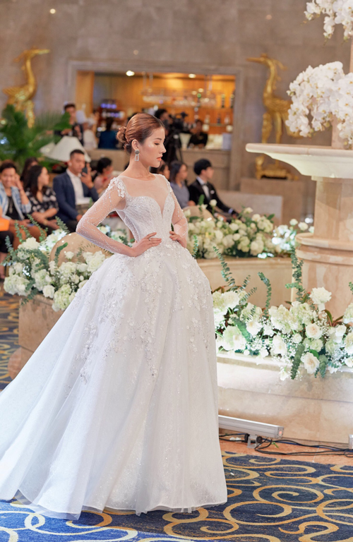 Từng váy cưới được đính kết thủ công trong vòng200-400 giờ làm việc của hơn 10 nghệ nhân.