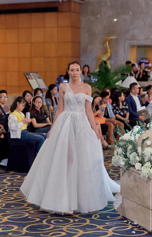 Nếu thích sự phá cách, cô dâu có thể tìm đến váy có vai bất đối xứng. Điểm nhấn trên thân váy là những dải đá lấp lánh bất đối xứng, mang đến sự hiện đại.Bộ ảnh được thực hiện bởi trang phục: Hacchic Couture, ảnh: Sồi Photography.