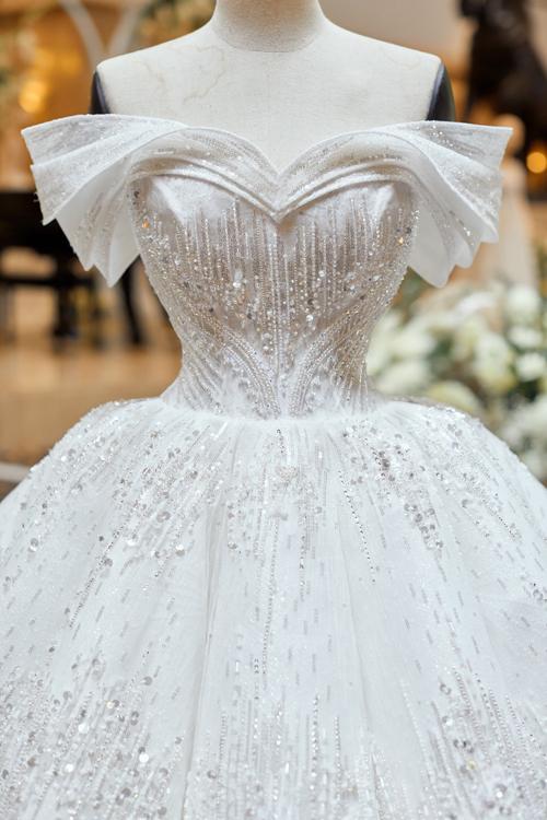 Thiết kế đinh của bộ sưu tập được đính kết 10.000 viên pha lê Swarovski dọc thân, giúp tác phẩm váy cưới đạt đến vẻ đẹp hoàn mỹ, mang vẻ sang trọng cho người diện. Bộ cánh có phần vai trễ, tái hiện kiểu đầm của nàng Lọ Lem trong chuyện cổ tích.