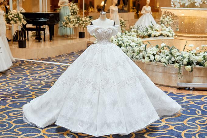 Nhóm thiết kế chọn lựa vải tulle metallic, sequin làm chất liệu chủ đạo cho các mẫu đầm cưới mới ra mắt, giúp tân nương trở thành tâm điểm của tiệc cưới.
