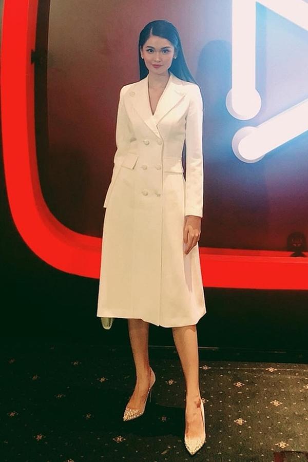 Người đẹp chọn váy trắng thanh lịch của nhà thiết kế Lê Ngọc Lâm và có bài phát biểu bằng tiếng Anh trên sân khấu.