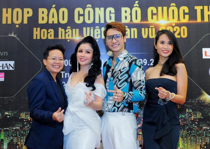Nam ca sĩ Chu Bin ăn mặc trẻ trung, vui vẻ chụp hình cùng các khách mời.
