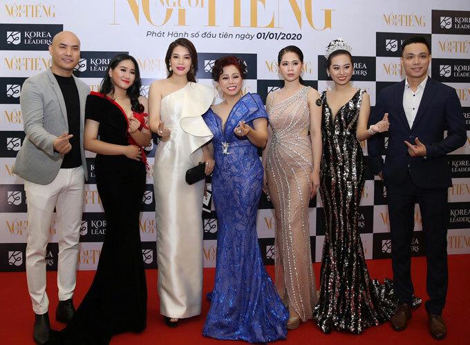 Trưởng BTC- Ts Truyền thông Huỳnh Thị Như lý ( chính giữa) chụp hình cùng khách mời