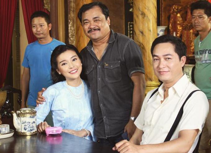 Cao Thái Hà chụp cùng đạo diễn Phương Điền (giữa) và diễn viên Khương Thịnh (phải) - người vào vai chồng cô trên phim trường.