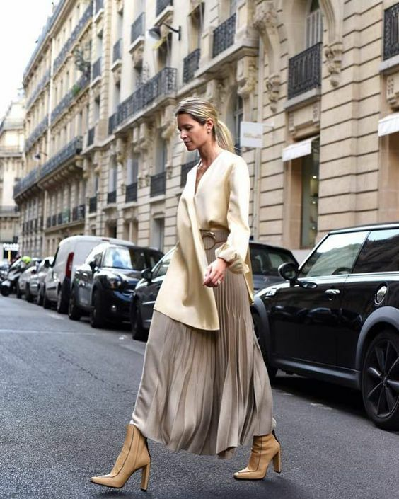 Chân váy rời được tín đồ thời trang khắp thế giới chọn lựa để mix đồ xuống phố. Phái đẹp công sở cũng có thể áp dụng một vài công thức phối đồ để hòa cùng trào lưu thịnh hành.