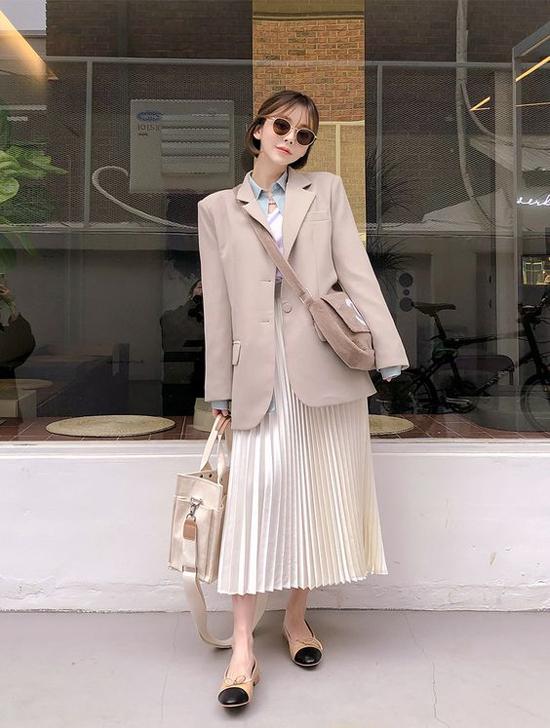 Chân váy xếp ly là một trong những item không thể thiếu của phái đẹp ở mùa thu năm nay.