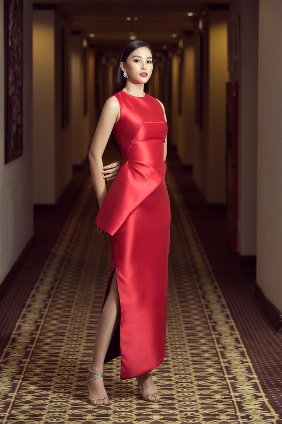 Trang phục thiết kế trên chất liệu lụa đỏ, đường cắt cáp được chăm chút tỉ mỉ để mang tới sự tinh tế.