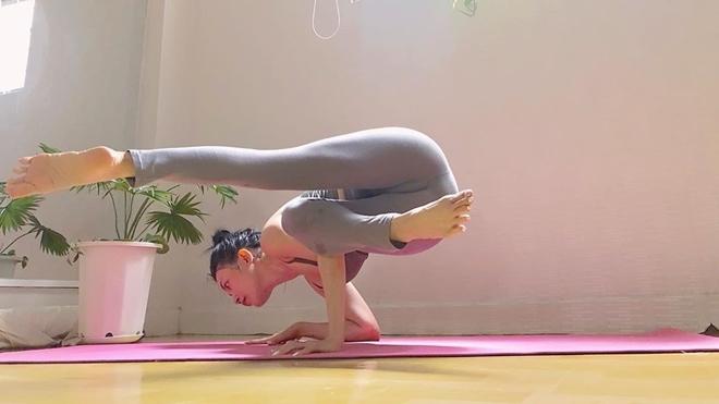Sĩ Thanh có thể thực hiện được rất nhiều động tác yoga khó, thể hiện sự linh hoạt, dẻo dai của