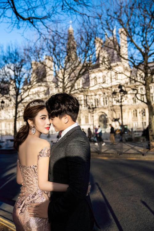 Ngoài bộ ảnh ở Paris, uyên ương còn thực hiện ảnh cưới ở Rome, Santorini... Cả hai dự định sẽ về chung một nhà trong tương lai gần.