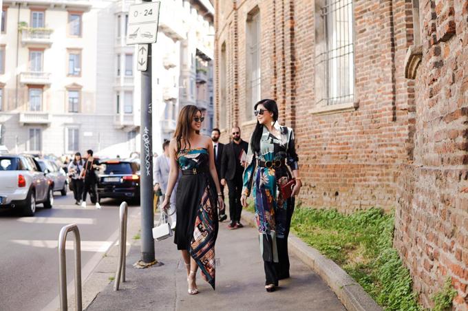 Tại các tuần lễ thời trang tổ chức tại các kinh đô nổi tiếng thế giới, mẹ con nhà doanh nhân Thủy Tiên luôn gây sự chú ý bằng cách diện nguyên set đồ hiệu đắt đỏ.