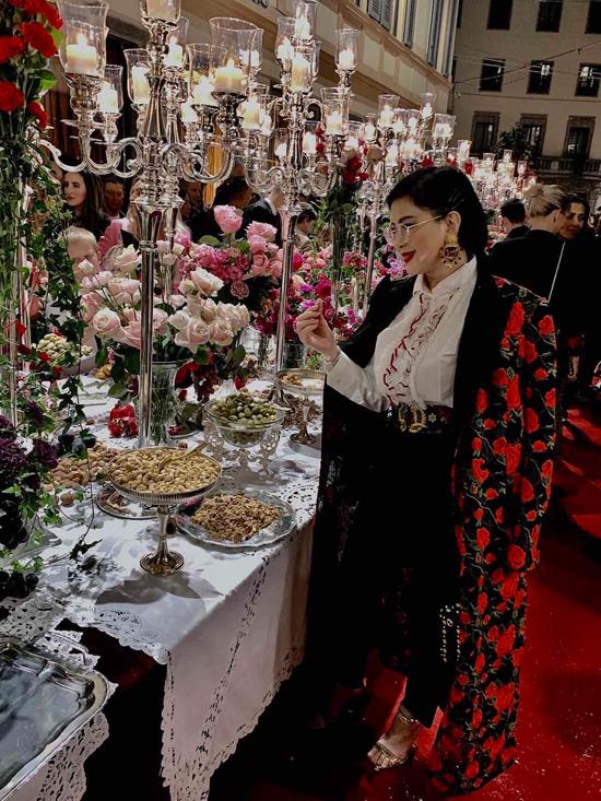Doanh nhân Thủy Tiên chọn áo bèo nhún, quần âu và áo choàng trang trí hoa thêu để tham dự buổi tiệc xa hoa.