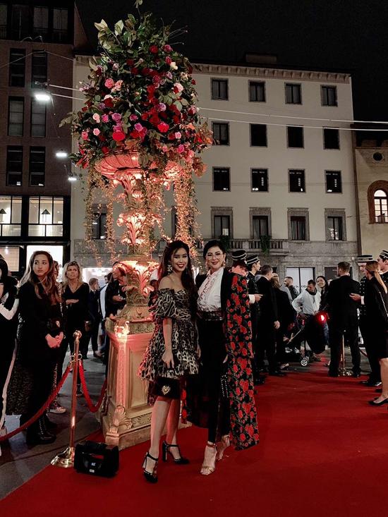 Doanh nhân Thủy Tiên và Thảo TiênđếnMilan Fashion Week với vai trò khách mời đặc biệt. Cả hai mẹ con cùng tham gia các show diễn của những thương hiệu nhưersace, Salvatore Ferragamo, Dolce & Gabbana, Gucci.