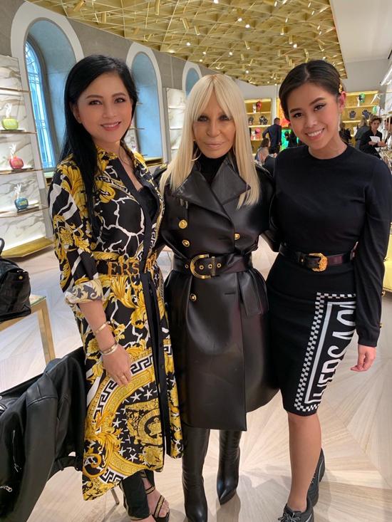 Hai mẹ con nhà doanh nhân Việt chụp ảnh kỷ niệm cùng nhà thiết kế Donatella Versace (đứng giữa). Thủy Tiên và Thảo Tiên cùng diện các mẫu trang phục mới ra lò của nhà mốt Versace.