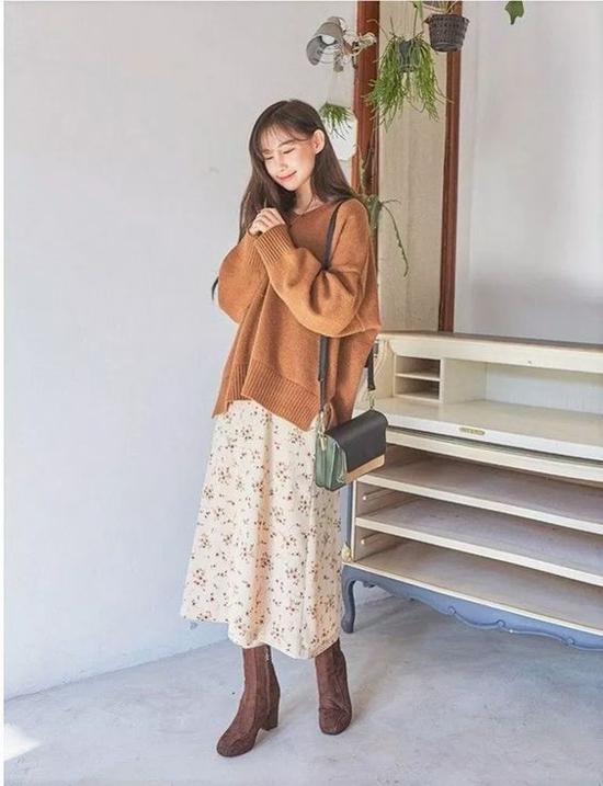 Set đồ đúng điệu mua thu với chân váy hoa nhí, áo len phom rộng, bốt da lộn tông màu hài hòa trang phục.