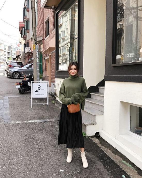 Sử dụng các kiểu bốt hợp mùa thu đông cùng chân váy midi được nhiều tín đồ thời trang Hàn Quốc yêu thích. Phái đẹp phía Bắc cũng có thể áp dụng cách mix đồ này để sành điệu hơn khi đến văn phòng.