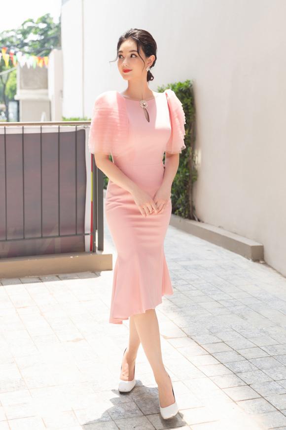 Quỳnh Chi diện đồ xinh xắn như công chúa trở về trường cũ.