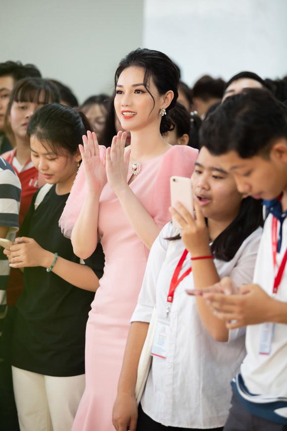 Người đẹp vui vẻ tham gia hoạt động giao lưu với các bạn sinh viên.