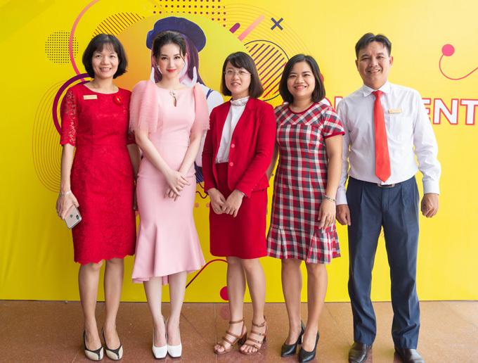 Quỳnh Chi xúc động vì được các thầy cô ở trường cũ chào đón.
