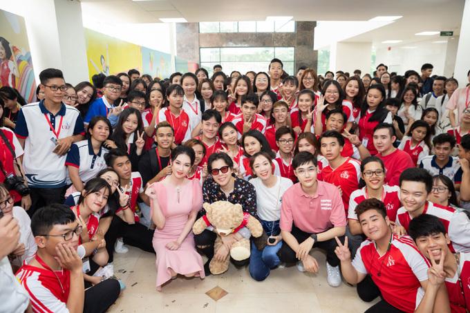 Quỳnh Chi, Trịnh Thăng Bình cùng đạo diễn Luk Vân giữa vòng vây của sinh viên trường Kinh tế - Tài chính.