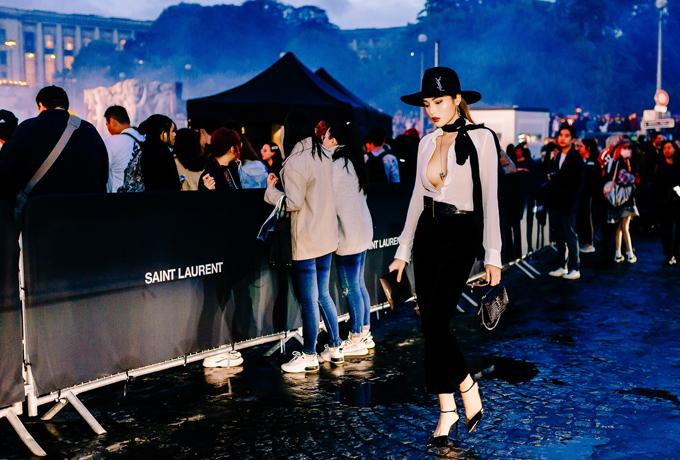 [Caption] Như đã đưa tin trước đó, hiện tại Kỳ Duyên đang có mặt tại Paris để tham dự tuần lễ thời trang. Tối qua, cô là khách mời của show diễn Saint Laurent mùa Xuân Hè 2020 tại Pháp.    Mỹ nhân sinh năm 1996 là đại diện duy nhất của Việt Nam tham dự show diễn của Saint Laurent mùa Xuân Hè 2020 nằm trong tuần thời trang Paris.    Như đã đưa tin trước đó, Kỳ Duyên hiện tại đang có mặt tại Paris để đi dự tuần thời trang kết hợp với du lịch. Tối qua (24/9) người đẹp là khách mời duy nhất của Việt Nam tham dự show diễn của nhà mốt Pháp Saint Laurent.