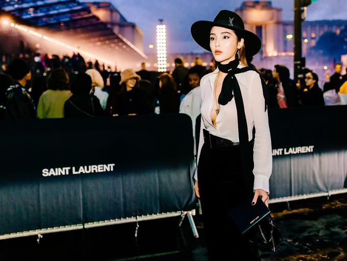 Hoa hậu Việt Nam 2014 chia sẻ, đây là lần thứ ba cô dự Paris Fashion Week. Stylist Mạch Huy đã chọn cho Kỳ Duyên bộ cánh phong cách mensweartối giản. Người đẹp cố tình không cài cúc để khoe vòng một lấp ló không nội y.