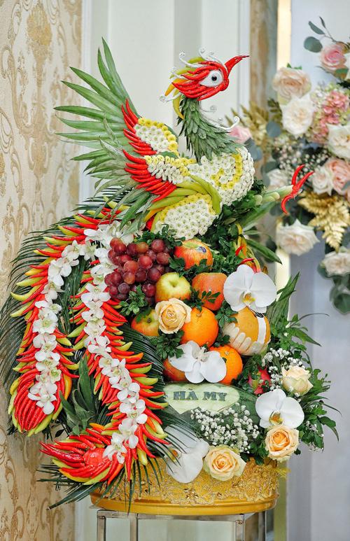 Hoa quả được kết hình cặp rồng phượng với lời ước nguyện Long phụng sum vầy, bách niên hảo hợp.
