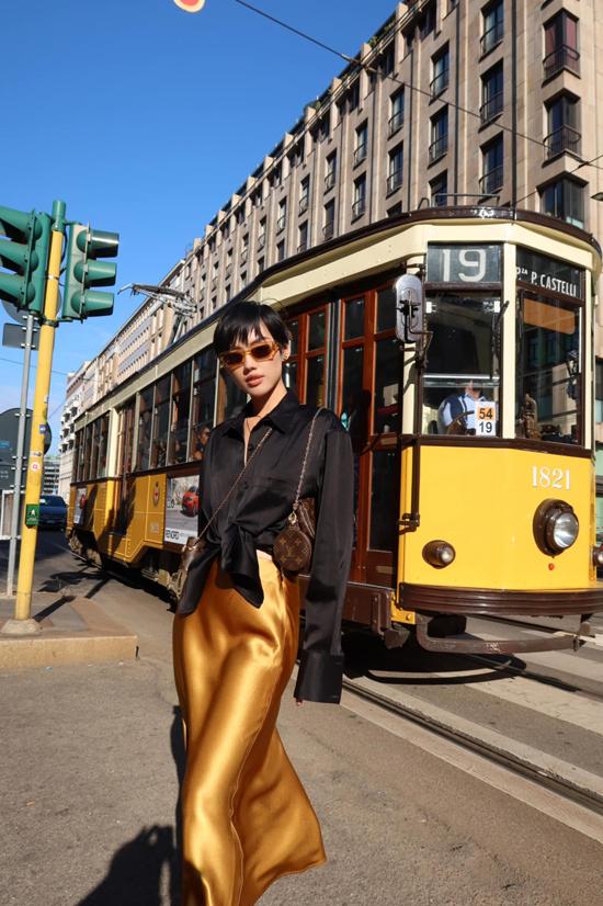 Túi 3 trong 1 của Louis Vuitton được Khánh Linh mix-match một cách sáng tạo cùng nhiều kiểu trang phục dạo phố.