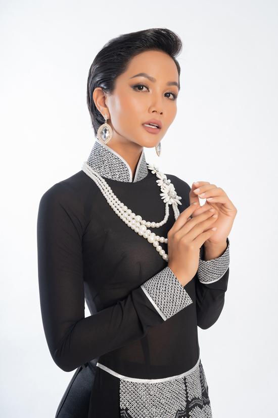 Bộ ảnh quy tụ 12 mỹ nhân nổi tiếng của làng giải trí Việt. Hoa hậu HHen Niê cá tính nhưng không kém phần sang trọng với áo dài Võ Việt Chung.