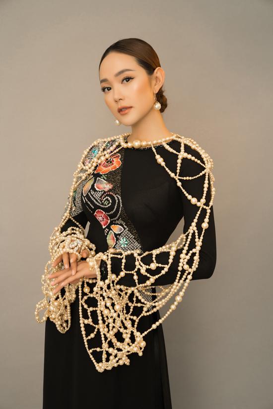 Xuất hiện bên dàn mỹ nhân nổi tiếng, ca sĩ Minh Hằng được chuẩn bị riêng mẫu áo cổ tròn, phần tay đan kết cườm, hạt ngọc trai vô cùng độc đáo.