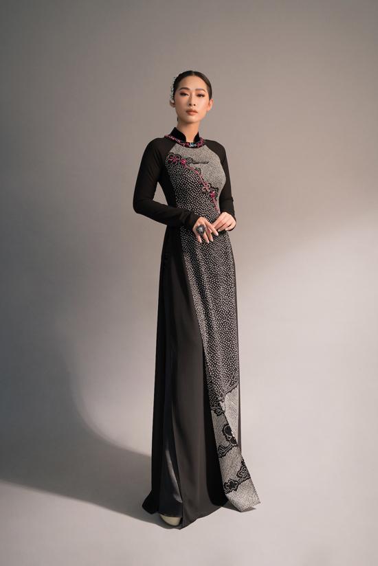Cùng với tông trắng đen chủ đạo, ở bộ sưu tập Nàng, Võ Việt Chung còn chọn thêm tông hồng, cam, đỏ để trang trí. Người đẹp Quỳnh Thy.