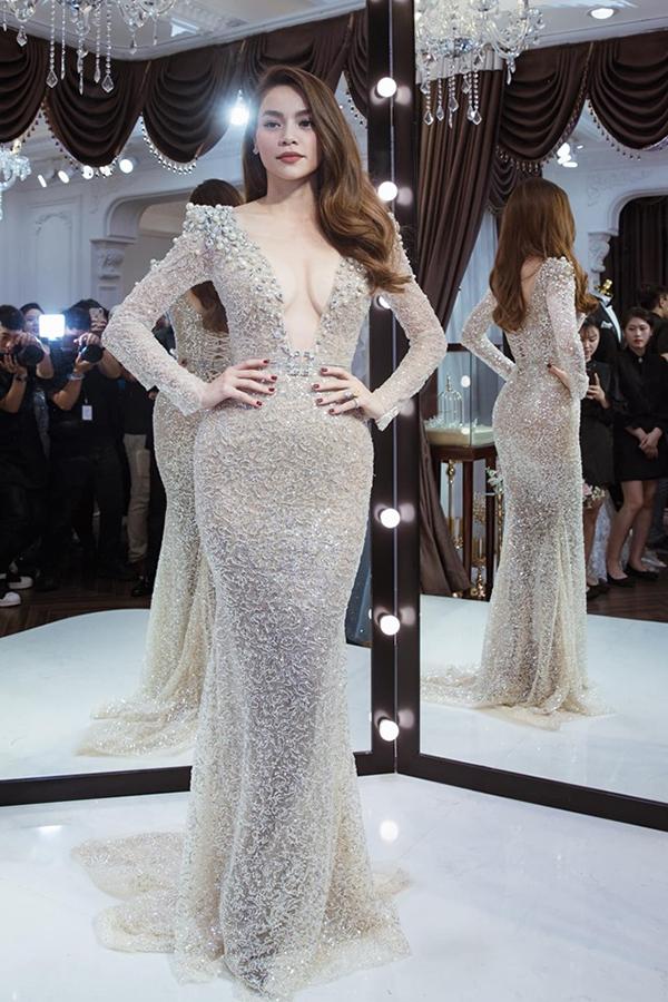 Bộ váy của nhà thiết kế Anh Thư trở nên lộng lẫy hơn khi được nữ ca sĩ kết hợp với trang sức kim cương.