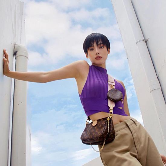 Khánh Linh là một trong những sao Việt đầu tiên sở hữu mẫu túi hot trend mùa thu đông của thương hiệu nổi tiếng.