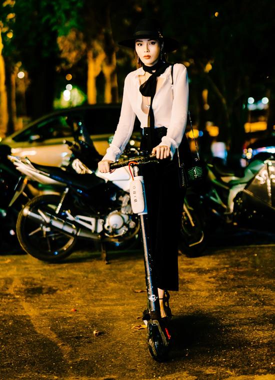 Cô thử di chuyển bằng xe trượt scooter giống nhiều bạn trẻở Pháp.