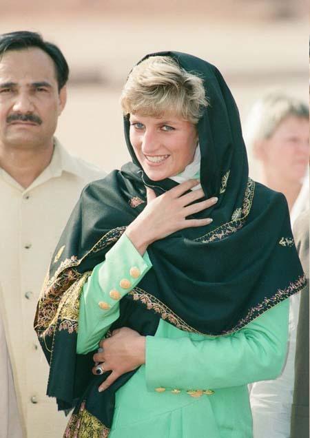 Bà Diana dùng khăn trùm đầu ở Ai Cập hồi năm 1992. Ảnh: Mirrorpix.