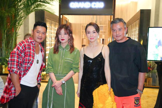 Vợ chồng Phạm Văn Phương -Lý Minh Thuận dự sự kiện khai trương cửa hàng rượu vang doTriệu Vy làm bà chủ hôm 24/9. Là chủ nhà tiếp đãi khách, Én nhỏ gây ấn tượng với phong cách sang trọng, trẻ trung. So với thời gian trước, nữ diễn viên dường như gầy đi rõ rệt.