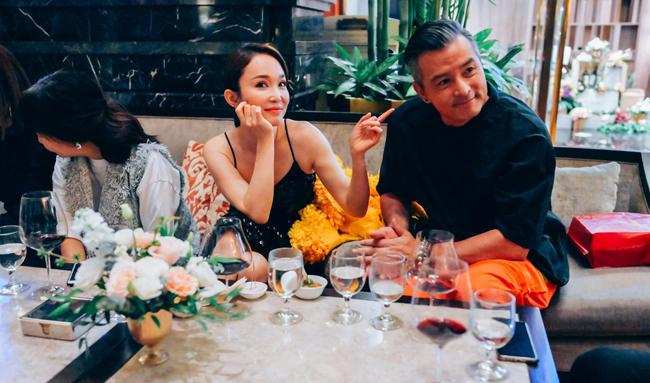 Cặp sao nổi tiếng ngồi bên nhau trong suốt buổi tiệc.