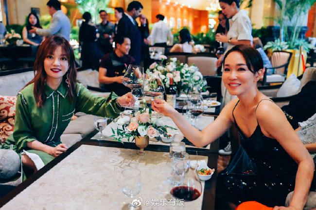 Hai ngôi sao của màn ảnh Hoa ngữ và Singapore hội ngộ.