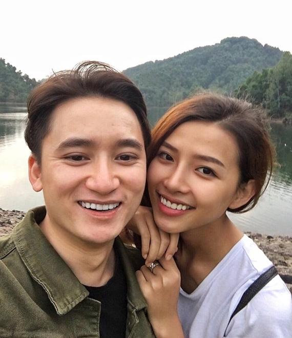 Phan Mạnh Quỳnh và Huỳnh Khánh Vy yêu nhau hai năm trước khi công khai tình cảm hồi tháng 9/2017. Cả hai gặp gỡ lần đầu trong một buổi chụp ảnh chung. Nam ca sĩ là người chủ động theo đuổi vì ấn tượng vẻ ngoài hiền lành, dễ thương của bạn gái. Chuyện tình của cặp đôi được nhiều khán giả ủng hộ.