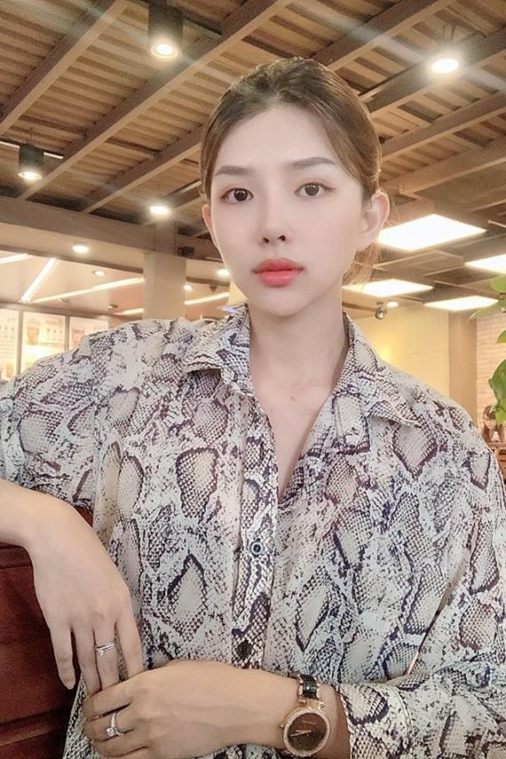 Khánh Vy sinh năm 1994 tại Khánh Hòa. Người yêu giọng ca Vợ người ta gây ấn tượng với gương mặt khả ái.