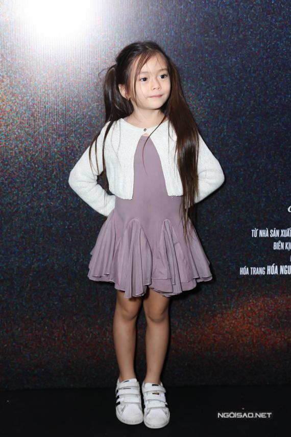 Bé Sol ở tuổi lên 5 có vóc dáng cao ráo, gương mặt xinh xắn và có thể chụp ảnh một mình tại sự kiện.