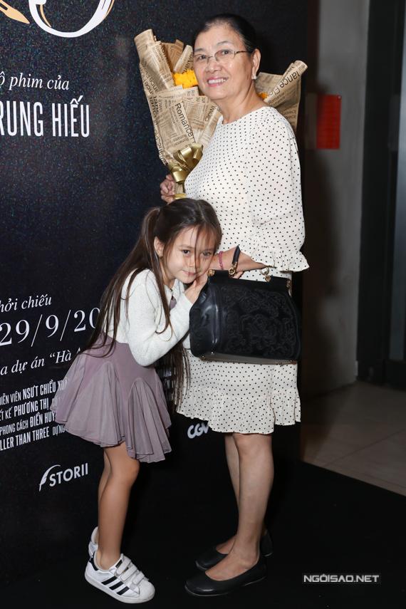 Cô bé nhõng nhẽo bên bà ngoại.