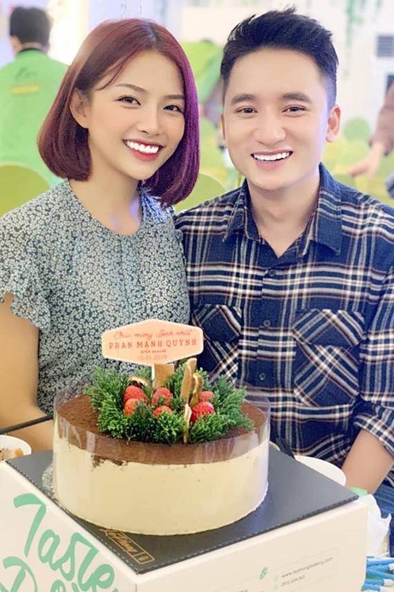 Phan Mạnh Quỳnh từng tháp tùng người yêu đến ghi danh cuộc thi The Face 2017. Nam ca sĩ tiết lộ thời gian mới yêu, nhiều đồng nghiệp phản đối vì sợ Khánh Vy lợi dụng sự nổi tiếng của bạn trai. Sau 4 năm bên nhau, tình cảm của cặp đôi ngày càng mặn nồng.