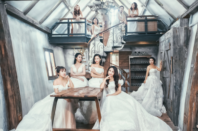 Bộ sưu tập váy cưới mang tên Princess in the garden lấy cảm hứng từ hình ảnh của những nàng tiên trong khu vườn địa đàng, nên bao trùm lên các thiết kế là sự ngọt ngào, lãng mạn nhưng cũng đậm dấu ấn cá nhân cho từng tân nương trong các chi tiết như cổ váy, tay váy, họa tiết thêu kết hay đính nổi 3D.