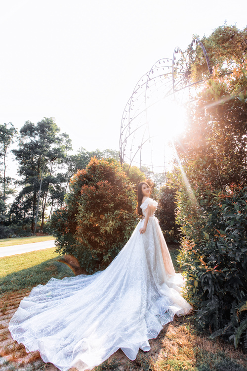 Nếu muốn tăng thêm nét thướt tha, uyển chuyển trong mỗi bước đi, cô dâu có thể chọn váy cưới đuôi dài hoặc váy có tà phụ 2 trong 1.