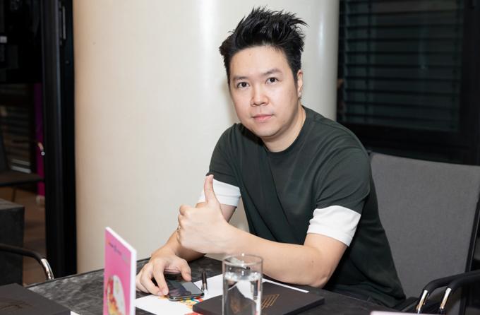Lê Hiếu mặc đơn giản dự họp báo ở TP HCM, chiều 26/9.