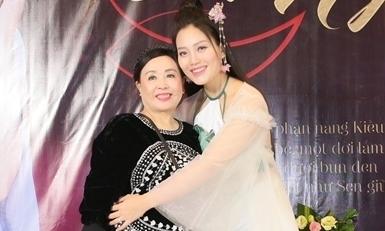 NSND Thu Hiền mừng 'Sao Mai' Huyền Trang